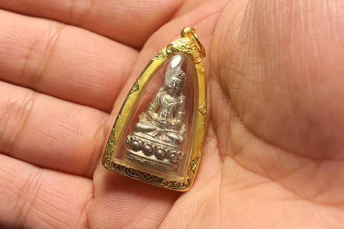 泰国佛牌种类中2538年藏传药师佛和龙婆坤2542年药师佛